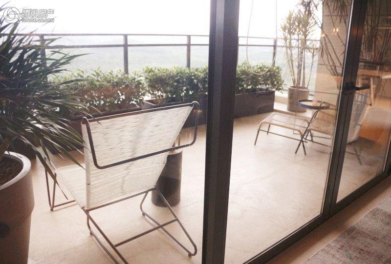 观景阳台,设计师把它设计成总裁的休闲茶室.